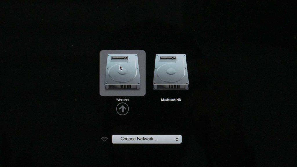 Écran de démarrage de Mac, pour sélectionner le disque sur lequel on souhaite démarrer. Ici, notre Mac nous propose de démarrer sous le disque Windows ou Macintosh HD.